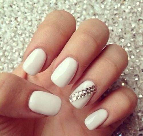 Маникюр под белое платье на короткие ногти
