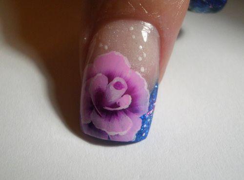 Роза на ногте