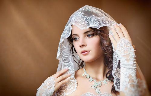 Невеста с нежным маникюром