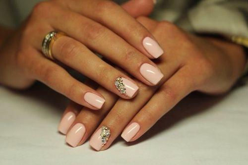 Нежно-розовый маникюр с камнями
