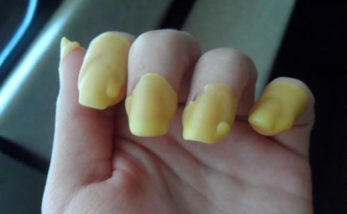 Нанесение воска на ногти